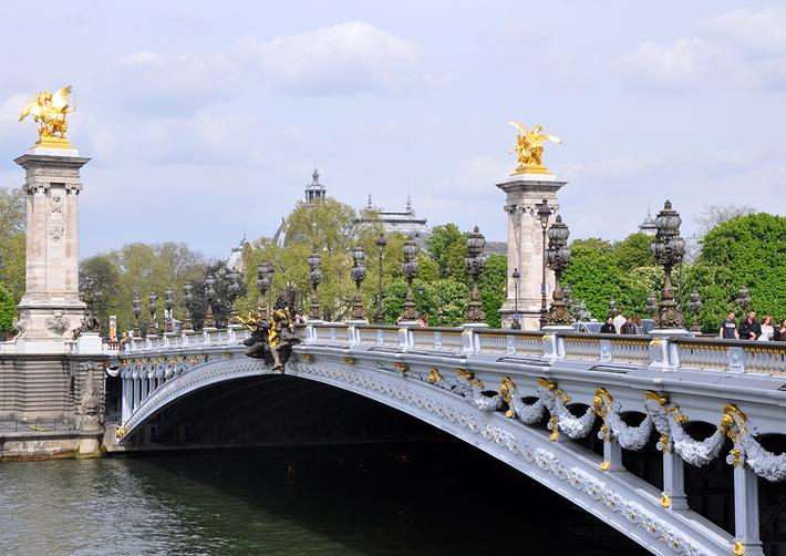 Cầu Alexandre III - chiếc cầu sắt đầu tiên tại Paris